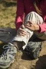Verletzte Frau auf Wanderung — Stockfoto