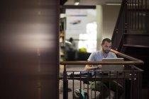 Студент, використовуючи ноутбук у бібліотеці — стокове фото