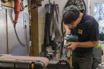 Fabricante de faca na oficina de trabalho — Fotografia de Stock