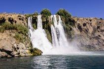 Ландшафт с водопадом у озера — стоковое фото