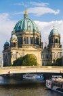 Німеччина, Берлін, переглянути Берлінський собор з туру катерів на річки Шпрее на передньому плані — стокове фото
