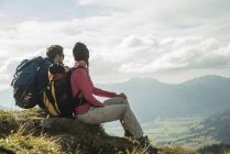 Austria, Tyrol, Tannheimer Tal, young couple resting on hiking tour — Stock Photo