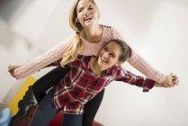 Два жінка друзі весело разом в домашніх умовах — стокове фото