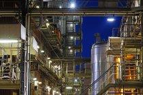 Германия, Минден, химический завод ночью — стоковое фото