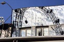 Österreich, Wien, Prater, Spiegelung des Wiener Riesenrads in einer Glasfassade — Stockfoto