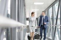 Uomo d'affari e donna di affari sul ponte di jet all'aeroporto — Foto stock