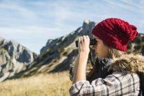 Woman looking through binocular — Stock Photo