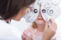 Augenarzt untersucht Mädchenaugen — Stockfoto