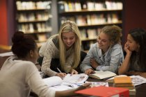 Groupe d'étudiantes d'apprentissage dans une bibliothèque — Photo de stock
