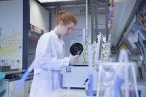 Chercheuse en sciences naturelles travaillant dans un laboratoire de biochimie — Photo de stock