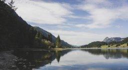 Autriche, Tyrol, Tannheimer Tal, lac de montagne — Photo de stock