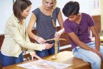 Schüler im Klassenzimmer erkunden anatomisches Modell — Stockfoto