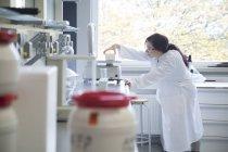Femme scientifique travaillant dans un laboratoire de biochimie — Photo de stock