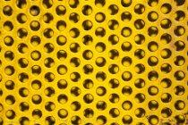 Parte del tablero perforado amarillo - foto de stock