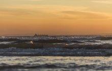 Spanien, Andalusien, Tarifa, Frachtschiff vor der Küste — Stockfoto