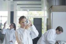 Три химика работают в химической лаборатории — стоковое фото
