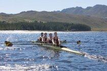 Quattro senza remi barca in acqua — Foto stock