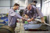 Двох дизельних механіки на роботі — стокове фото