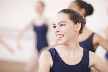 Retrato de joven mujer bailarinas - foto de stock