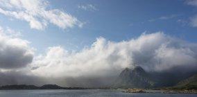Норвегия, Нурланд, Лофотены, Kabelvag, облака охватывает вершины Austvagoya — стоковое фото