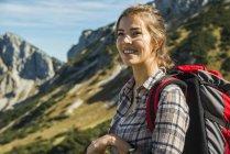Жінка на Піші прогулянки поїздки в гори — стокове фото