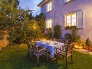 Осіннього заклав таблиці в саду у вечірній час — стокове фото