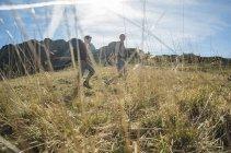 Австрия, Тироль, Тангеймер, походы молодой пары — стоковое фото