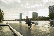 Deutschland, Frankfurt, Geschäftsmann mit Handy am Mainufer — Stockfoto