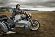 Mann mit Vollbart, Motorrad mit Beiwagen — Stockfoto