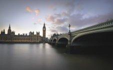 Regno Unito, Londra, Big Ben e Houses of Parliament al Tamigi — Foto stock