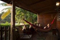 Caraïbes, Trinidad et Tobago, Tobago, CASTARAB, femme de hamacs sur la véranda — Photo de stock