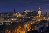 Uk, scotland, edinburgh, stadtansicht mit edinburgh burg beleuchtet in der nacht — Stockfoto
