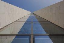 Германия, Гессен, Франкфурт, часть фасада Opernturm, вид снизу — стоковое фото