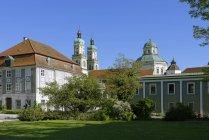 Alemania, Baviera, Suabia, Allgaeu, Kempten, Vista de la casa Zumstein y la Basílica de San Lorenz - foto de stock