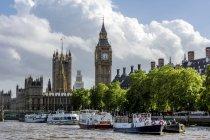 Vereinigtes Königreich, England, London, Westminster Blick vom Themse River zum Palast von Westminster mit Victoria Tower und Elisabeth Tower, Ausflugsboote im Vordergrund — Stockfoto