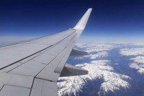 Malerische Aussicht auf Flugzeug während des Fluges über Alpen — Stockfoto