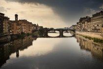 Italia, Toscana, Florencia, vista al río Arno con el Ponte Vecchio - foto de stock