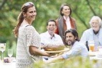 Щасливого святкування, люди на вечірки в саду — стокове фото