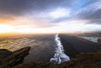 Islande, plage de sable près de Dyrholaey pendant la journée — Photo de stock
