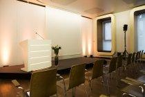 Sala vuota e podio in un centro di convenzione — Foto stock