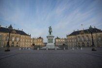 Danimarca, Copenaghen, Castello di Amalienborg, Statua equestre di Federico V di Danimarca — Foto stock