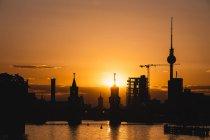 Germania, Berlino, Friedrichshain-Kreuzberg, ponte Oberbaum e fiume Sprea, torre TV di Berlino sullo sfondo al tramonto — Foto stock