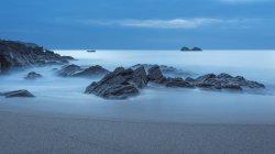 Франция, Бретань, Cap Сизен, скалы в Атлантическом океане, длинные выдержки — стоковое фото