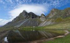 Islande, Sud-Est de l'Islande, Hvalnesfjall, vue de la colline contre l'eau à pied — Photo de stock
