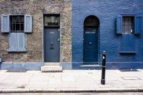 Великобританія, Лондон, Whitechapel, входи і windows двох будинків — стокове фото