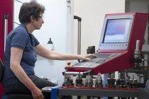 Técnico feminino a trabalhar em uma oficina para metais — Fotografia de Stock