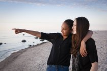 Germany, Ruegen, Two young female friends at the beach — Stock Photo