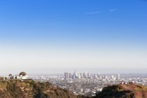 USA, California, Los Angeles, Skyline, Griffith Observatory and tourists — Stock Photo