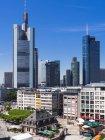 Німеччина, Гессен, Франкфурт, подання до фінансового району з Commerzbank вежі, Європейський Центральний Банк, Helaba, Taunusturm та площі Ремербург — стокове фото