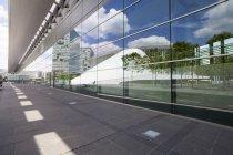 Luxembourg, Luxembourg-ville, quartier européen, immeuble de bureaux et la réflexion de la salle philharmonique à carré européenne — Photo de stock